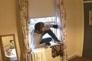 Burglar-caught-red-handed-on-CCTV